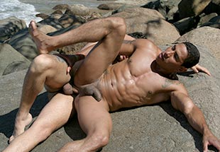 Muscle Men Gets Outdoor Bareback Sex